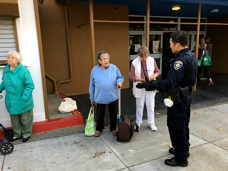 A UCPD officer speaks with Santa Rosa residents on Tuesday. Nine campus police officers have responded to the disaster. (民主联盟 photo)